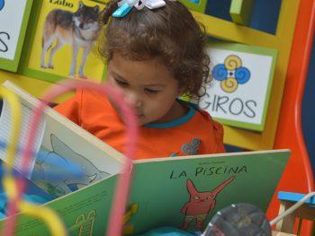 Niña de GIROS leyendo